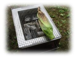 トウモロコシを皮ごと焼きます