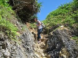 ロープで降りる海岸